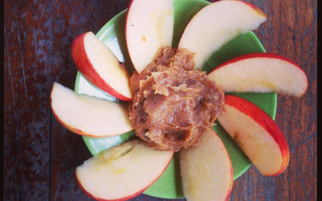 Snack de maçã e caramelo saudável