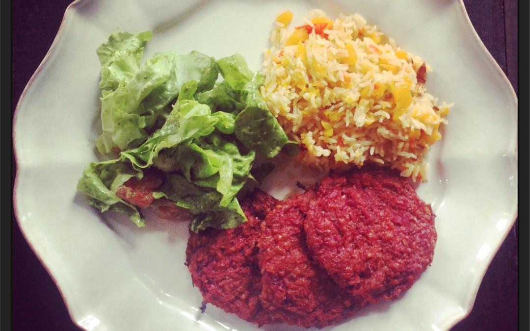 Hambúrgueres saudáveis de beterraba com arroz aromático de abóbora